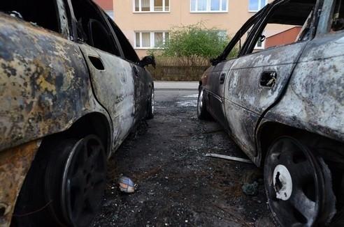 Na os. Kopernika spłonęły dwa auta i śmietnik