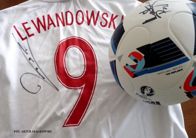 W trakcie imprezy zostanie przeprowadzona licytacja, m.in. koszulki z autografem Roberta Lewandowskiego i piłki z autografem Łukasza Fabiańskiego