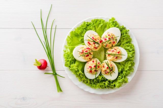 Jajka to produkt zdrowy i wartościowy, który warto regularnie uwzględniać w posiłkach. Jedzone regularnie, nawet po sztuce dziennie, wspomagają metabolizm i ochronę przez współczesnymi chorobami. Choć jak we wszystkim warto zachować w tym umiar, spróbowanie kilku dań od święta większości osób nie zaszkodzi.   Sprawdź najlepsze pomysły na zdrowe dania z jajkami w roli głównej. Tych klasyków nie może zabraknąć na  wielkanocnym stole!   Zobacz kolejne slajdy, przesuwając zdjęcia w prawo, naciśnij strzałkę lub przycisk NASTĘPNE.