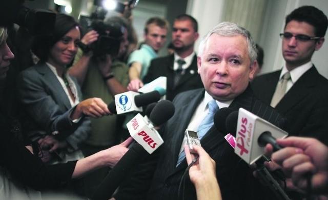 Jarosław Kaczyński po wyjściu z sali obrad alarmował, że łamane są zasady demokracji