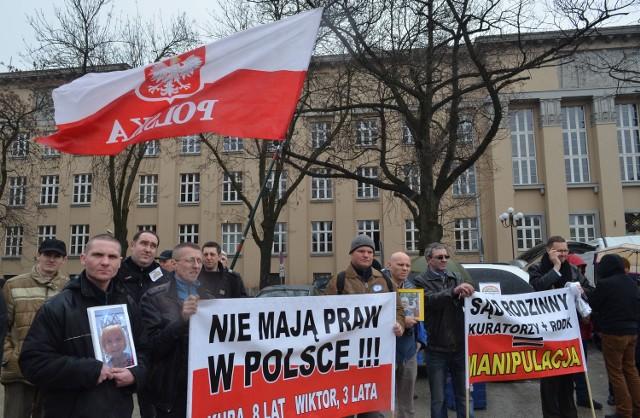 Protest ojców na placu Dąbrowskiego w Łodzi