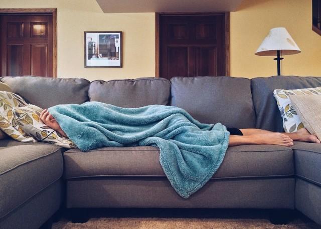 Etatowiec podczas kwarantanny domowej otrzymuje wynagrodzenie chorobowe lub zasiłek chorobowy. Konieczność pozostania w domu budzi jednak wiele wątpliwości.    Poznaj prawa pracownika podczas kwarantanny domowej.