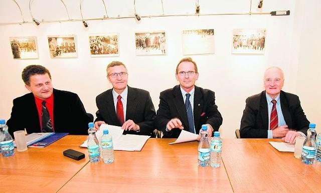 Kandydaci na prezydenta Świdnicy podczas debaty: Mariusz Barcicki (PiS), Zbigniew Szczygieł (PO), Jarosław Kurzawa (PSL) i Adam Markiewicz (SLD)