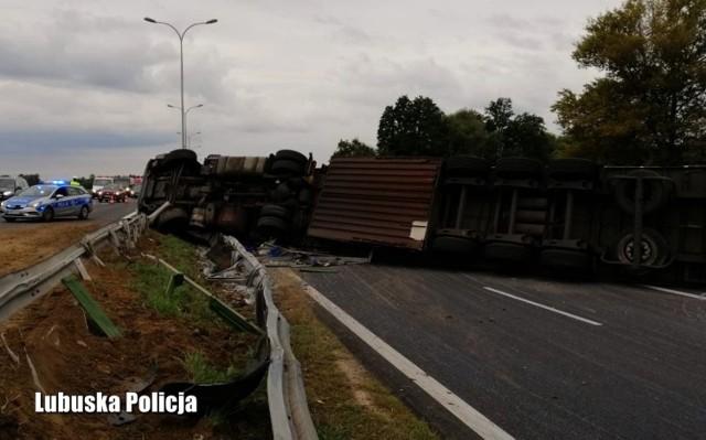 """We wtorek 21 września około godziny 15.00, dyżurny policji otrzymał informację o ciężarówce, która przewróciła się na S3, na odcinku z Sulechowa w kierunku Zielonej Góry. Na miejsce natychmiast pojechali policjanci ruchu drogowego, aby ustalić okoliczności zdarzenia, a także zorganizować objazdy.  Szybko okazało się, co mogło być przyczyną tego zdarzenia... 55-letni mieszkaniec Wielkopolski miał 1,7 promila alkoholu w organizmie i zablokowało odcinek krajowej """"trójki"""" na kilkanaście godzin. - Policjanci byli zszokowani, że doświadczony, zawodowy kierowca zdecydował się w takim stanie wsiąść za kierownicę wielotonowej ciężarówki. Na szczęście nikt nie ucierpiał w tym zdarzeniu, natomiast zablokowanie drogi ekspresowej spowodowało kilkunastogodzinne utrudnienia w ruchu i zmusiło wielu kierujących do korzystania z kilkudziesięciokilometrowych objazdów - informuje rzecznik lubuskich policjantów podinsp. Marcin Maludy.  55-latek odpowie za jazdę w stanie nietrzeźwości, za co według kodeksu karnego grozi kara do 2 lat pozbawienia wolności.  Przeczytaj też:  Te zbrodnie wstrząsnęły naszym regionem  WIDEO:Podpalacz, który zaatakował strażaka zatrzymany przez lubuskich policjantów"""