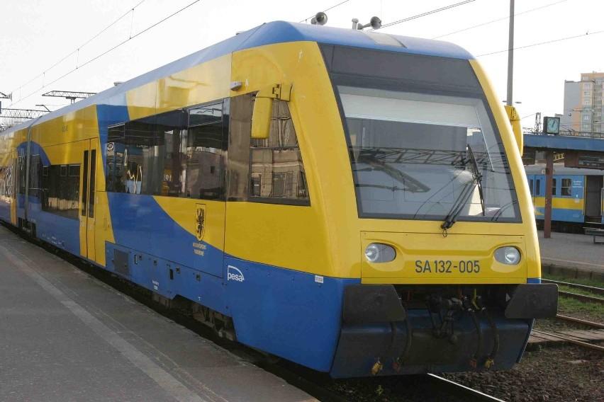 Szynobusy, które kursują na trasie Gdynia - Hel, mogą jeździć szybciej niż dziś. Na razie stan torowiska im to uniemożliwia