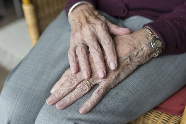 Charakterystyczne drżenie rąk to nie wszystko... Jakie sygnały świadczą o tym, że grozi nam choroba Parkinsona?