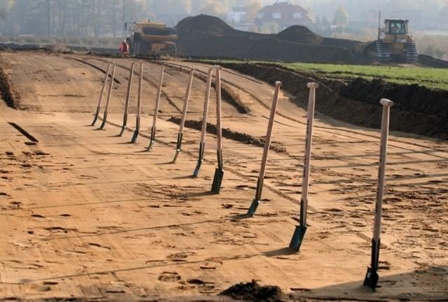 Ring autostradowy wokół Łodzi - wciąż go nie ma.A1 na południe od Strykowa planowana jest od lat 70. W latach 90. trzykrotnie zmieniano jej przebieg, m.in. ze względu na protesty mieszkańców. Obecny wariant ustalony został kilkanaście lat temu. Wtedy jednak budowa na kilka lat została skutecznie wstrzymana przez waleczną panią Danutę, która na czele stowarzyszenia Bezpieczna Autostrada przeczołgała urzędników od dróg po sądach. Przeciwnicy budowy A1 zaskarżyli nawet swoją przegraną, byleby tylko odwlec sprawę. W ten sposób decyzja lokalizacyjna uprawomocniła się po 10 latach. Proponowaliśmy wtedy, by premier desygnował panią Danutę na stanowisko ministra infrastruktury...Wydanie decyzji niewiele zmieniło w praktyce. Trzy lata minęły, zanim wyłoniono konsorcjum zdolne wybudować drogę. Droga miała być budowana w systemie PPP, co oznaczało, że konsorcjum samo musi znaleźć pieniądze. Około 7 mld zł. Nie znalazło, kolejny rok został zmarnowany. W następnym przetargu wyłoniono nowego wykonawcę, tym razem ma on dostać pieniądze z budżetu. Podobno na wiosnę zacznie kopać. Uwierzymy, jak zobaczymy.Z wolna rusza budowa S8. Ale z wieloletnim opóźnieniem, wywołanym - a jakże - politycznymi awanturami o przebieg drogi. Poza tym, w świetle ostatnich doniesień lękiem może napawać fakt, że największym orędownikiem S8 był Cezary Grabarczyk. Oby nie doszło do rewizji nadzwyczajnej na najwyższych szczeblach.Nie wiadomo też co z kolejną obwodnicą, S14, o którą również łódzcy politycy toczyli polityczne boje. Póki Łódź była w Warszawie silna, ta lokalna w sumie droga mogła liczyć na pieniądze. A teraz?