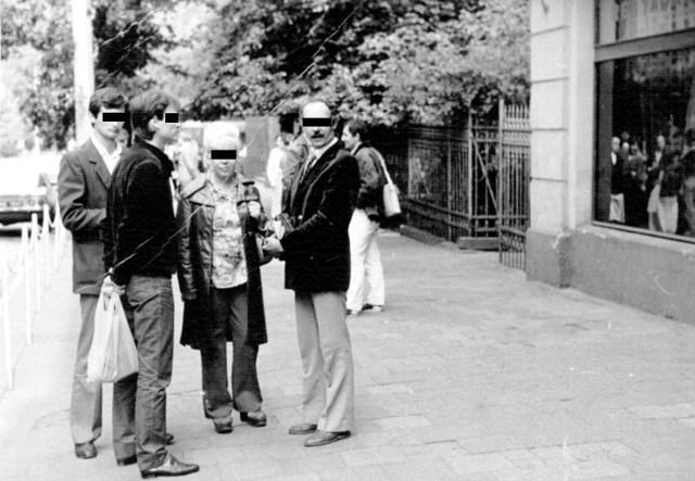 """2 lipca 1984 rok, druga wizja lokalna przed """"W-Z"""", od lewej: Wojciech P., Mieczysław M., Lidia S. i Marian O."""