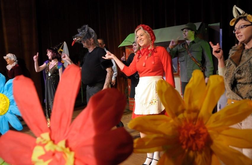 """""""Czerwony Kapturek"""" został przygotowany przez rodziców dzieci z Przedszkola nr 36 pod kierunkiem Ewy Parzyńskiej i Urszuli Wrońskiej. Przedstawienie odbyło się z okazji Dni Radości związanych z Dniem Dziecka - jako prezent dla dzieci z przedszkola."""
