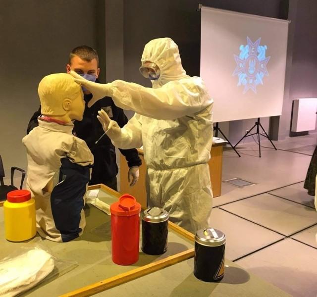 W Centrum Szkolenia Marynarki Wojennej w Ustce rozpoczęło się szkolenie ratowników w żołnierskich mundurach. Żołnierze mają wesprzeć cywilną służbę zdrowia w walce z pandemią koronawirusa.