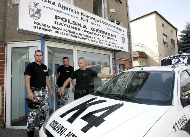 Poznaniak Paolo Sobolewski (pierwszy z prawej) również pojawia się w mediach. Ale od Rutkowskiego zdecydowanie się odcina