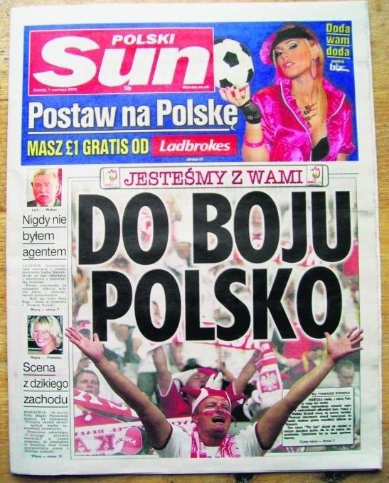 26 letni Daniel Wojciechowski z Dolnego Śląska czyta polski ?The Sun? w londyńskiej dzielnicy Three Tans