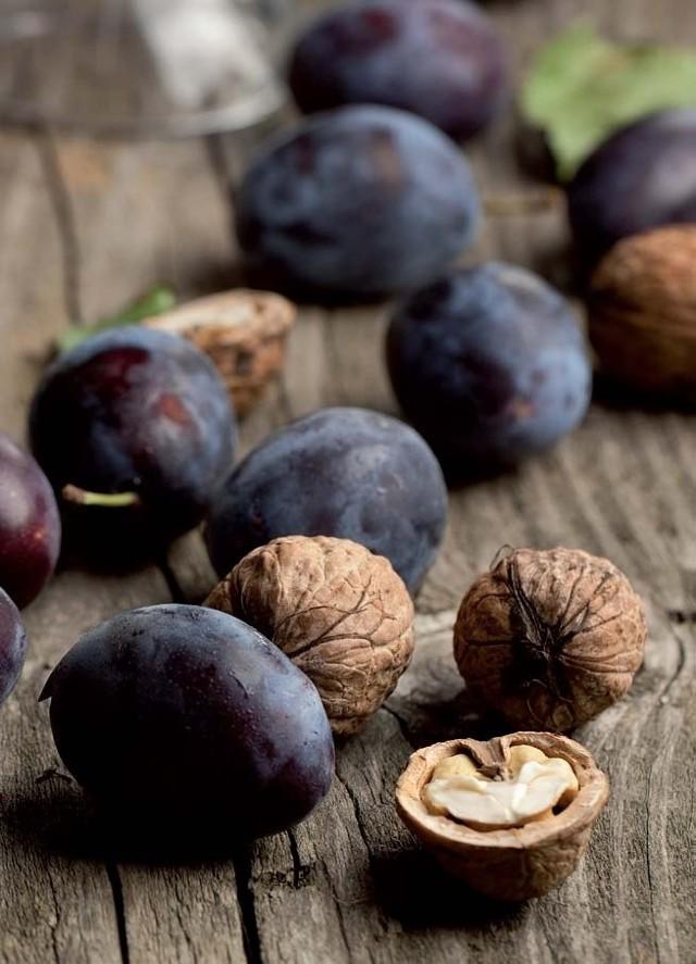 Koenzym Q10 znajduje się w orzechach, olejach, makrelach, sardynkach, sezamie i niektórych mięsach, a także w jabłkach, śliwkach, kiwi i rabarbarze.