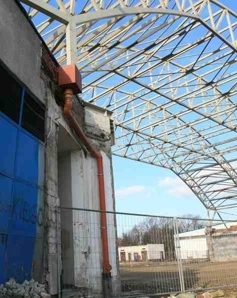 Na placu budowy straszy szkielet przyszłej  hali