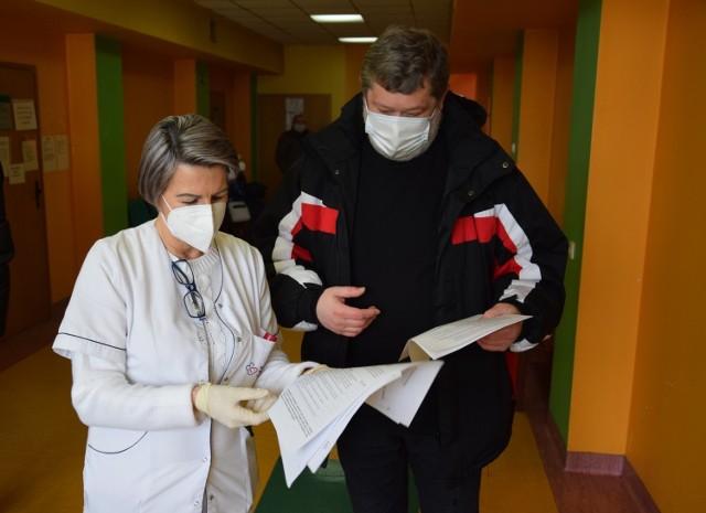 Pierwsze szczepienia nauczycieli w Kędzierzynie-Koźlu. 16 lutego 2021, przychodnia przy ul. Harcerskiej.