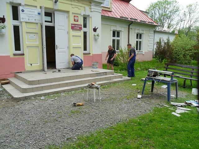 """W latach 30. minionego wieku mieszkańcy wsi Stryjno kupili budynek i postanowili, że będzie w nim szkoła. Placówka funkcjonuje w nim do dnia dzisiejszego. Rodzice """"od zawsze"""" wspierali szkołę. Dlatego teraz nie chcą odpuścić"""