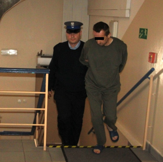 Policjant konwojuje pedofila, którego lekarka wypisała ze szpitala w Chrzanowie