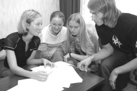 Dobrawa Skonieczna-Gawlik oraz studentki Anna Skorupa i Marlena Meksa przeglądają wyniki ankiety.