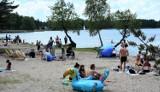 Słoneczna niedziela przyciągnęła setki  turystów nad Jezioro Białe. Zobacz zdjęcia