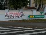 Rolnicy rozrzucili obornik pod domem posła PiS Piotra Polaka ZDJĘCIA, VIDEO