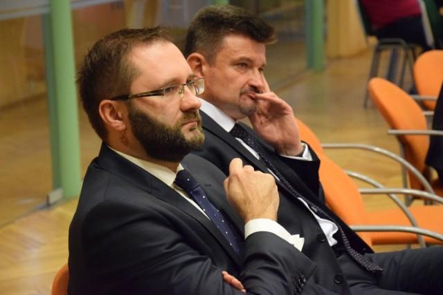 Nowy i poprzedni starosta kluczborski, od lewej: Mirosław Birecki (Ziemia Kluczborska) i Piotr Pośpiech (PSL). Starosta Birecki ostro zapowiedział, że musi posprzątać po poprzedniku.