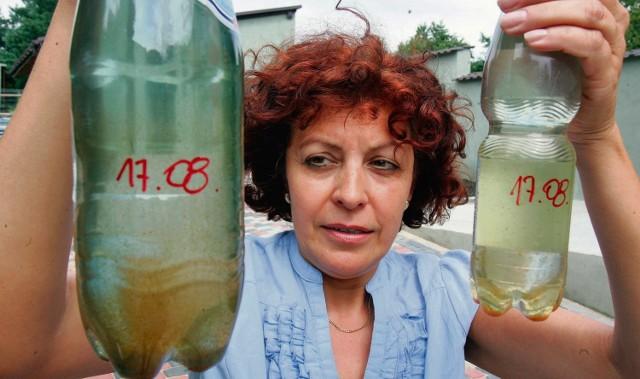 Mariola Kozieł pokazuje, jaką ma wodę w kranach. - Jak ją pić czy ugotować obiad? - pyta