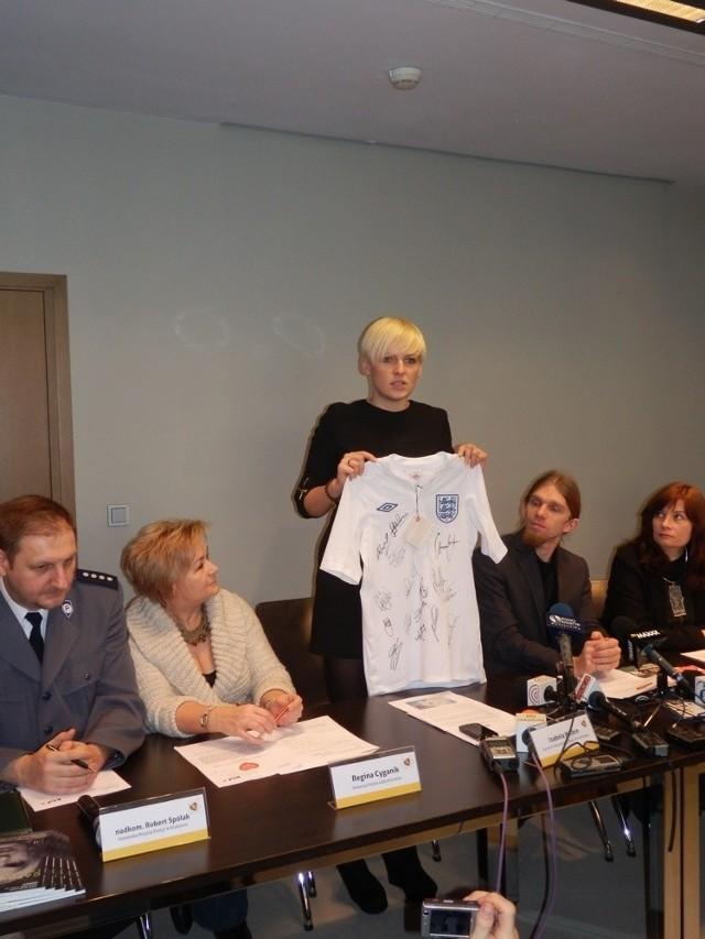 Koszulkę prezentuje Izabela Helbin, szefowa Krakowskiego Biura Festiwalowego
