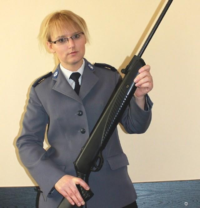 Broń pneumatyczna, choć nie wymaga pozwolenia, może być bardzo niebezpieczna - mówi Olga Żabińska. Strzał oddany z tej wiatrówki w kierunku czworonoga okazał się śmiertelny