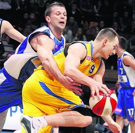Mujo Tuljković (z lewej) zadebiutował w sobotę w barwach  poznańskiego PBG Basket. Zdobył osiem punktów