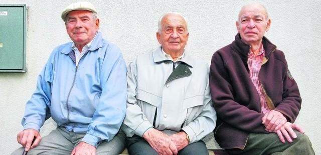 Henryk Witkiewicz, emerytowany wychowawca, Józef Borowiec, były dyrektor Państwowego Ośrodka Wychowawczego, i Benon Oleksiak, były wychowawca, wspominają koreańskie sieroty ze łzami w oczach