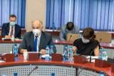 Radny Antoni Dolny toczy bój z burmistrzem o budowę sali gimnastycznej w szkole w Zalesiu. Czuje się lekceważony