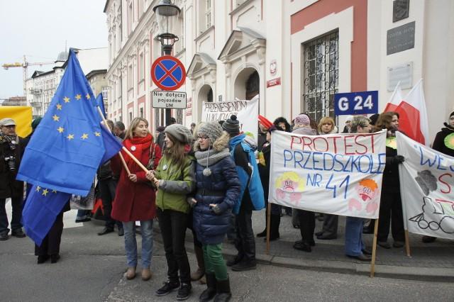 Uczniowie, nauczyciele i rodzice protestowali na pl. Kolegiackim