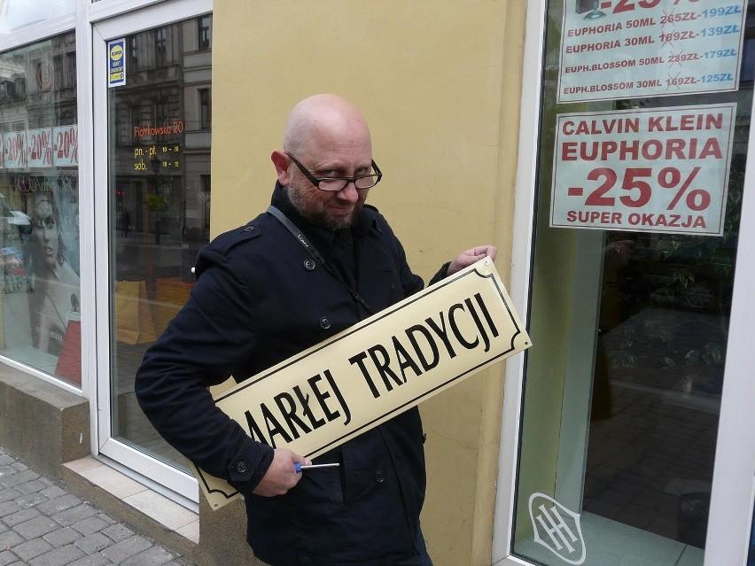 Nowe tabliczki przywiesił  prof. Konrad Kuzyszyn