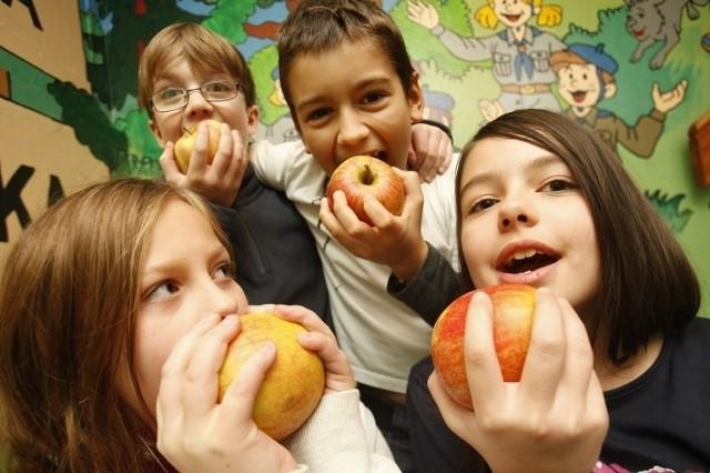 Coraz więcej uczniów wielkopolskich szkół dostaje dwa razy w tygodniu warzywa i owoce.
