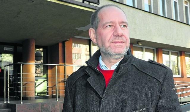 Roman Zwiercan pod budynkiem byłego KM PZPR w Gdyni. 2013 rok