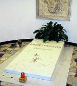 Płyta z watykańskiego grobu JP II w Krakowie