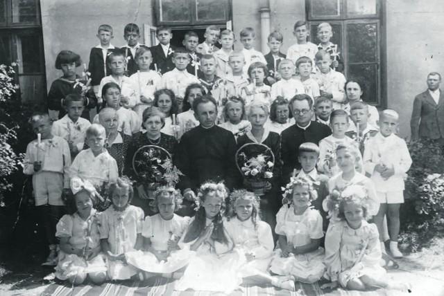 Rok 1944. Uczniowie Kochanowskiego tuż po I Komunii Świętej w ogrodzie szkolnym
