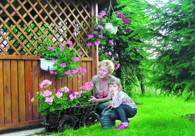 Autorka z siostrzenicą Emilką w ogródku w Dobieszowicach