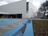 Śmieci wokół nowego basenu Aqua Toruń. Dlaczego przy pływalni nie ma ani jednego kosza?
