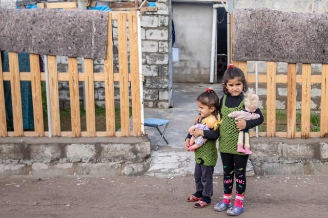 """Jak wygląda życie w obozie uchodźców w Iraku i Syrii? """"Pani zrobiła sklepik dla kobiet"""". Zobacz zdjęcia i nagrania"""