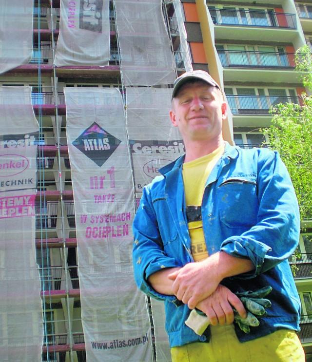 Rafał Saługa, brygadzista ekipy remontowej czeka aż pustułki wyfruną z gniazda