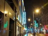 """W centrum jest nowy neon. To """"Kino Światowid"""" na gmachu przy 3 Maja ZDJĘCIA"""