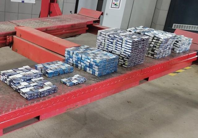 Na granicy w Medyce wpadł 34-letni Ukrainiec, który w skrytkach swojego samochodu próbował przemycić prawie 800 paczek papierosów.