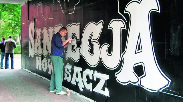 Leszek na malowanie swojego graffiti poświęca codziennie około 7-8 godzin. Dzieło zamierza skończyć przed niedzielą