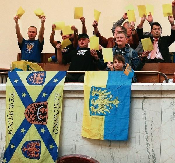 Akcja RAŚ w sprawie koloru krzeseł na Stadionie Śląskim.