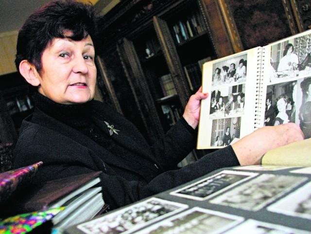 Krystyna Koelner pokazuje rodzinne albumy pełne zdjęć. Z każdym z nich wiąże się jakieś wspomnienie