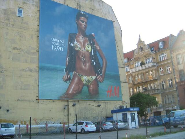 Przedstawiciel firmy, która zawiesiła reklamę na zabytkowym budynku, poinformował, że lada dzień zostanie ona zdjęta