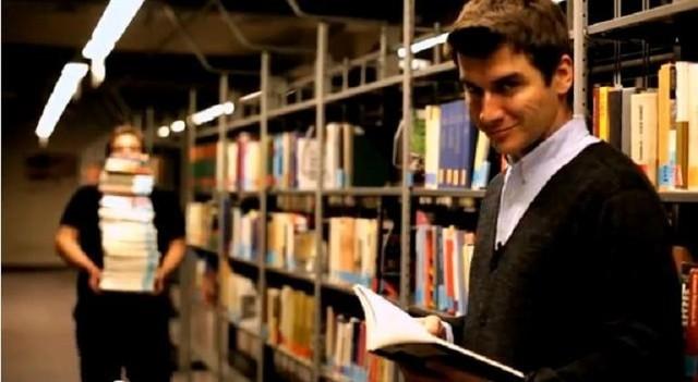 """Jedną ze znanych osób, która wzięła udział w akcji """"Czytaj! Zobacz więcej"""", jest dziennikarz Tomasz Kammel"""