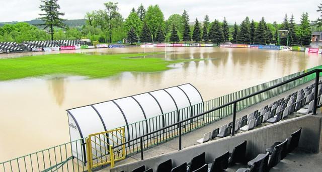 Stadion MKS Sandecja zamienił się na kilka godzin w rozległy staw