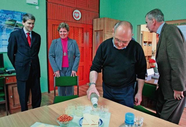 Prezydent  Marek Kopel (z lewej) w nowej siedzibie Dynamitu